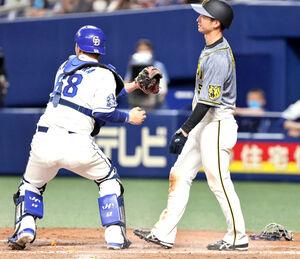 5回1死一塁、中野拓夢の投前バントが一塁悪送球となる間に一塁走者・近本光司が本塁を突くもタッチアウト。捕手・桂