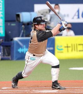 6回2死三塁、渡辺諒は中前適時打を放つ