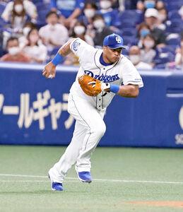 8回無死、中野拓夢の一ゴロを素手で捕球した一塁手・ダヤン・ビシエド