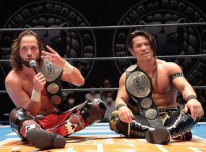 SHO、YOH組を下しIWGPジュニアタッグ新王者となったエル・ファンタズモ(左)と石森太二(新日本プロレス提供)