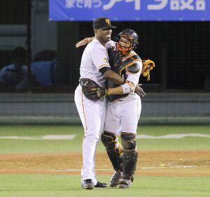 9回から登板し、試合を締めたビエイラ(左)は笑顔で小林誠司と抱擁を交わす