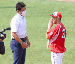 菊池涼介(右)と話す侍ジャパン・稲葉篤紀監督