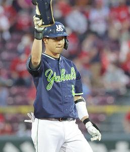 4回2死一塁、中堅へ適時二塁打を放ちベンチに向かって手を上げる山田哲人