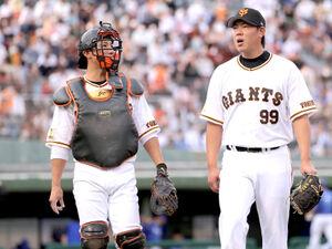 1回を投げ終え小林誠司(左)と話をする山口俊