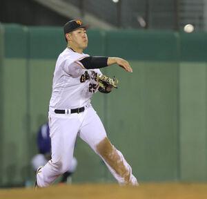 7回1死満塁、佐野恵太の三ゴロを好捕し二塁に送球する岡本和真