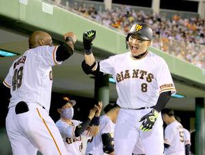 6回1死、右越えソロ本塁打を放ちウィーラー(左)とグータッチをする丸佳浩(カメラ・中島 傑)