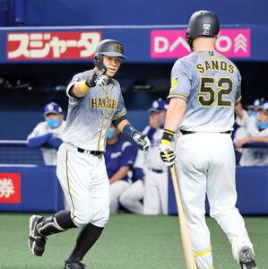 6回1死、佐藤輝明が同点となる中越えソロ本塁打を放ち、次打者サンズに迎えられる