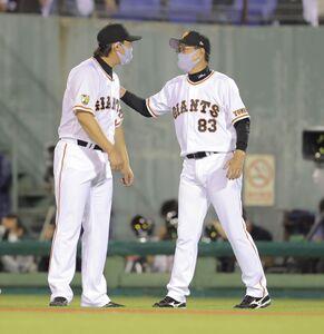巨人復帰後、初勝利を挙げた山口俊(左)を労う原辰徳監督