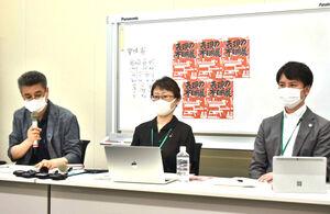 「表現の不自由展」東京実行委員会の(左から)岩崎貞明さん、岡本有佳さんと弁護士の李春熙氏