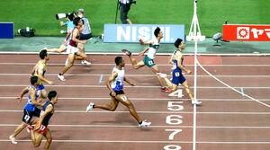 準決勝1組でゴールする(右から)山県、柳田、サニブラウンら