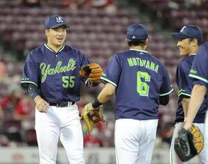 広島に勝利し、笑顔を見せる村上宗隆(左)らヤクルトナイン
