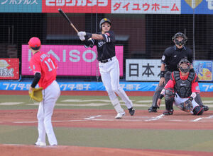 1回2死、柳田悠岐は左中間に先制の17号ソロ本塁打を放つ(投手・佐々木朗希、捕手・田村龍弘)(カメラ・堺 恒志)