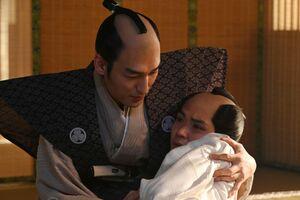 NHK大河ドラマ「青天を衝け」第20話より、徳川慶喜(草ナギ剛、左)に抱きかかえられる家茂