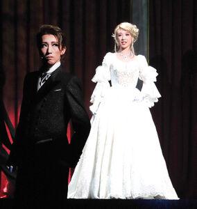 アイリーン・アドラー(潤花、右)とオペラ会場で再会するホームズ(真風涼帆)
