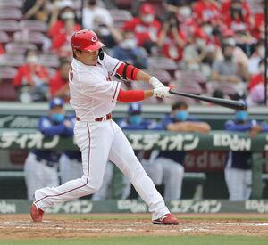 7回2死一、二塁、代打・長野久義が左翼へ3ラン本塁打を放つ