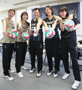 お披露目されたユニホームで健闘を誓うアルテミス北海道の選手(左から松田主将、小室、谷越、真田、奥山)