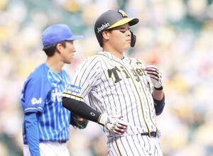 5回1死二塁、一飛に倒れた大山悠輔(左は大貫晋一)