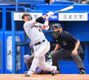 9回無死、中越え本塁打を放つ坂本勇人(カメラ・小泉 洋樹)