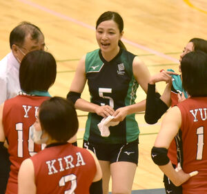 チームを指揮しながらプレーする佐藤監督(中央)