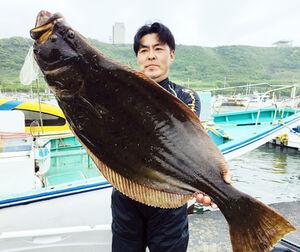 沼田さんが釣った7.6キロの大型ヒラメ(太幸丸提供)
