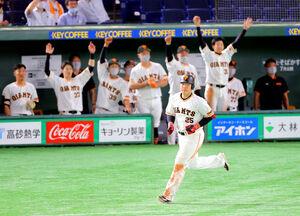 8回2死一、三塁、岡本和真が左越えに勝ち越しとなる23号3ラン本塁打を放つ (カメラ・堺 恒志)