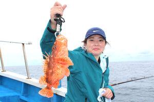 初挑戦の渋谷さんが釣り上げた1キロ級の鬼カサゴ(勝丸で)