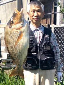 ハマフエフキ71センチを釣り上げた田中さん