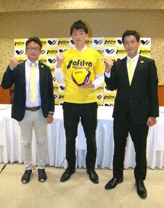 辻井部長(左)、上杉監督(右)から激励を受ける小森