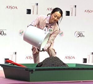 ピンクのつなぎ姿で堆肥づくりに挑戦する浅田真央さん
