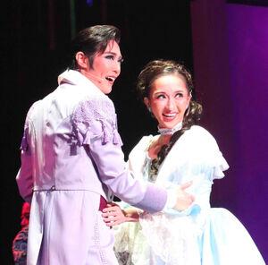 兵庫・宝塚バウホールで開幕した宝塚歌劇星組「マノン」の一場面。一途に愛の炎を燃やすロドリゴ(愛月ひかる、左)とマノン(有沙瞳)