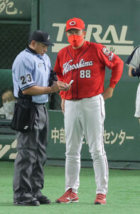 6回表終了後、選手交代を告げる佐々岡真司監督