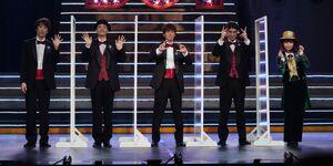 会見した、ふぉ~ゆ~の(左から)越岡裕貴、福田悠太、辰巳雄大、松崎祐介と中川翔子