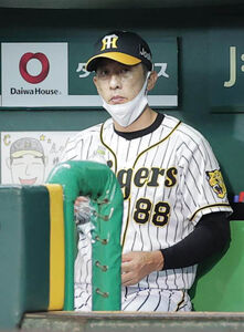 9回の攻撃を前にベンチで渋い表情の矢野燿大監督
