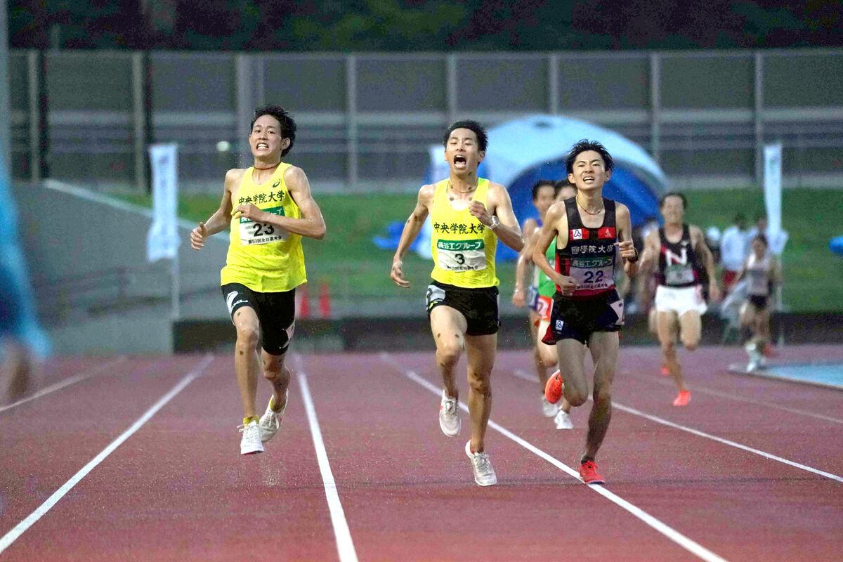 第3組でワンツーフィニッシュした中央学院大の(左から)武川と小島