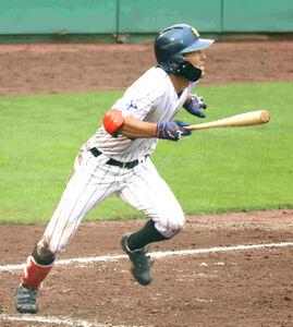 NTT西日本の藤井健平は、5回無死二塁で、一塁へ内野安打を放った