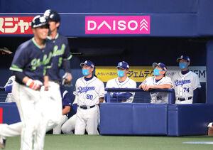 6回1死満塁、青木宣親に追加点となる左翼線への2点適時二塁打を打たれて肩を落とす与田剛監督(右から3人目)