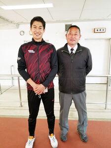 3大会連続五輪を決めた飯塚(左)と清監督(学校提供)