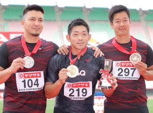 男子やり投げの表彰式で笑顔を見せる(左から)2位のディーン元気、優勝の小南拓人、3位の小椋健司(カメラ・竜田 卓)