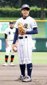 第103回全国高等学校野球選手権兵庫大会の始球式を行う神戸弘陵女子硬式野球部の島野愛友利(あゆり)投手