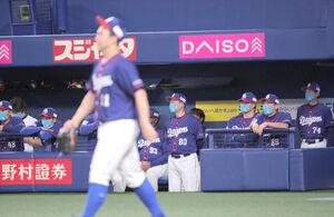 4回、小笠原(手前)が3点目を失い、肩を落とす与田剛監督(右から3人目)
