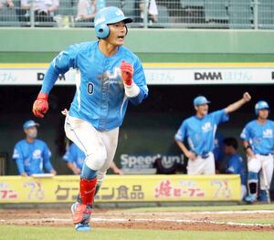 9回、サヨナラ本塁打を放ったJR四国の水野達稀