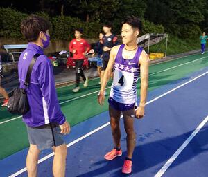 日体大長距離競技会5000メートルで全体トップの駒大・安原太陽。藤田敦史コーチが健闘をたたえた