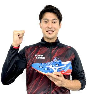 五輪本番で使用するスパイクを手に笑顔を見せる飯塚翔太(ミズノ提供)