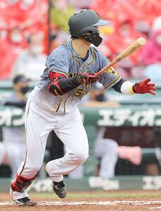 6回無死1塁、中野拓夢が左前安打を放つ
