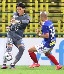 後半、柏GK金承奎(左)からボールを奪う横浜M・前田大然(カメラ・宮崎 亮太)
