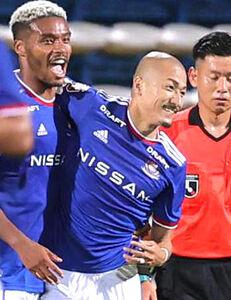 後半31分、ゴールを決めた横浜M・オナイウ阿道(左)を祝福する前田大然(カメラ・宮崎 亮太)