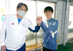 絆記録挑戦会5000メートルで全体トップを取った青学大の宮坂大器(右)。原晋監督が健闘をたたえた