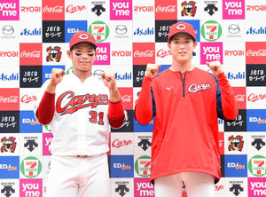 笑顔でポーズをとる坂倉(左)と森下