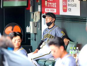 7回、イニングの間にベンチ奥に座る矢野燿大監督
