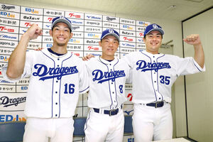 監督推薦で球宴出場が決まった(左から)又吉、大島、木下拓